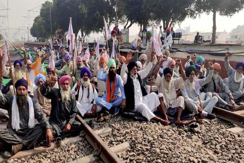 किसानहरूले आज भारत बन्द गर्दै