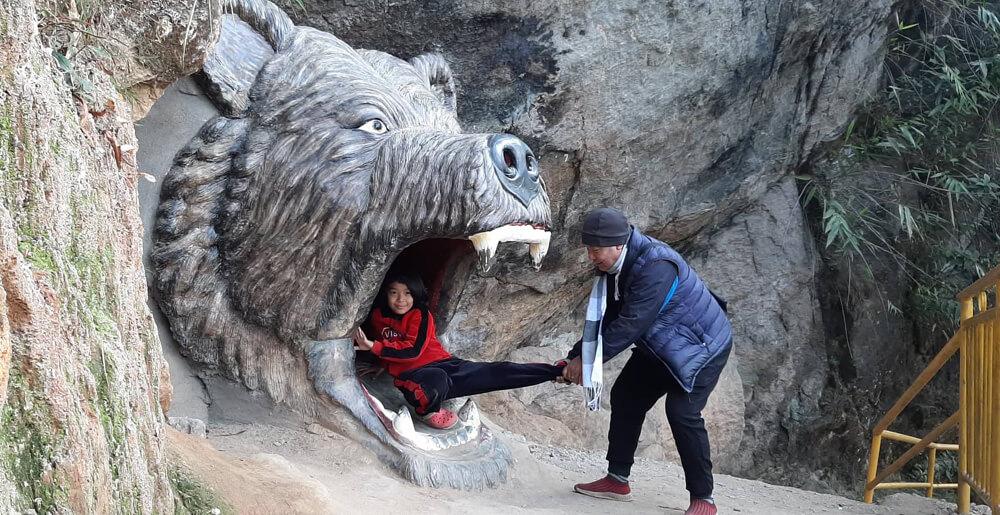 पर्यटक तान्दै इलामको भालुढुङ्गा