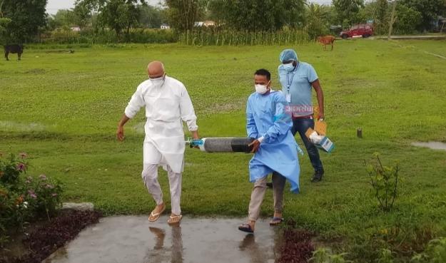 अक्सिजनका सिलिन्डर लिएर संक्रमीतका घरमै पुग्छ्न कन्काइ नगरपालिकाका मेयर पोख्रेल