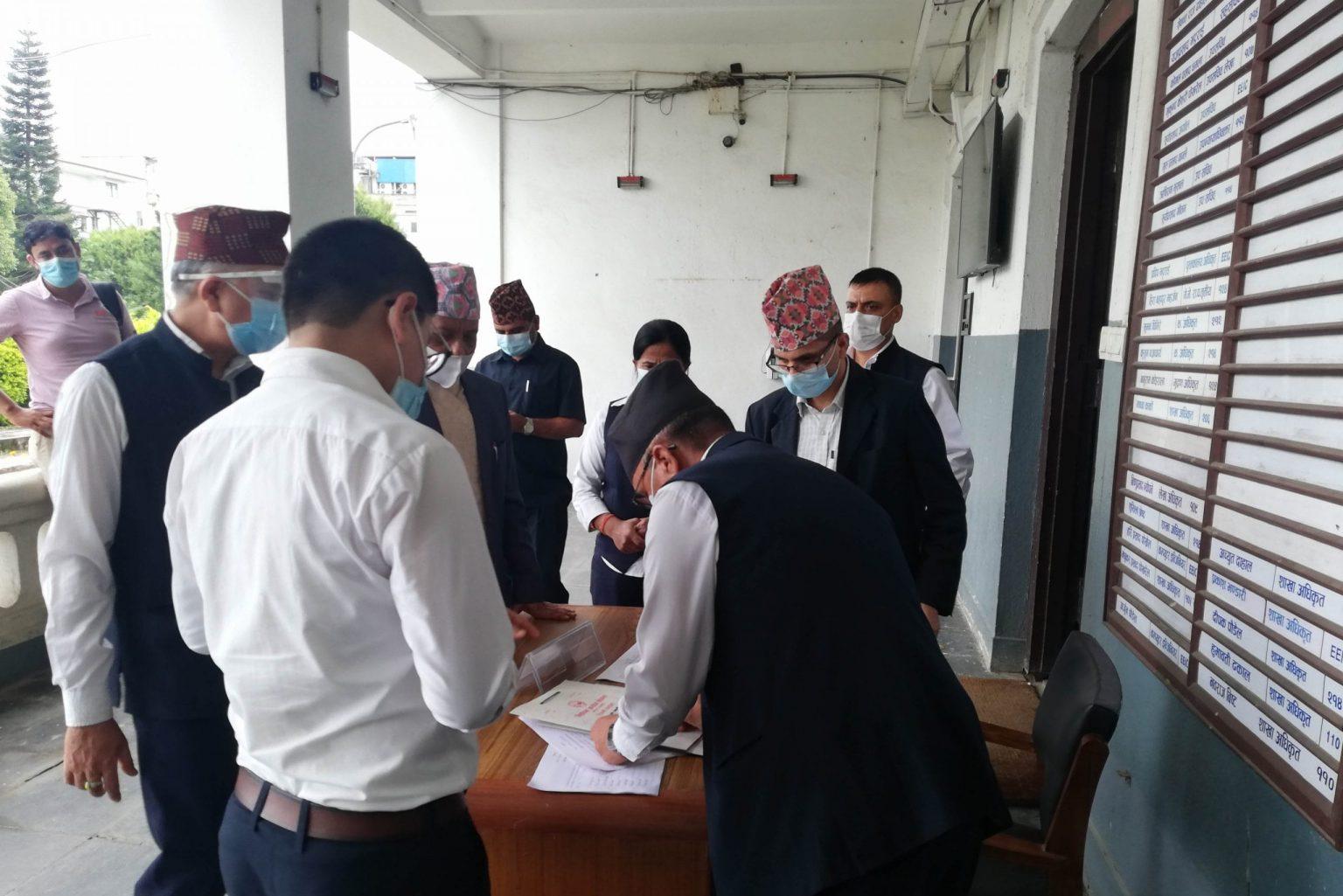 माधव नेपाललाई २० प्रतिशत सांसद पुर्याउन कठिन, आफ्नाले साथ छोडे, पार्टी संकटमा